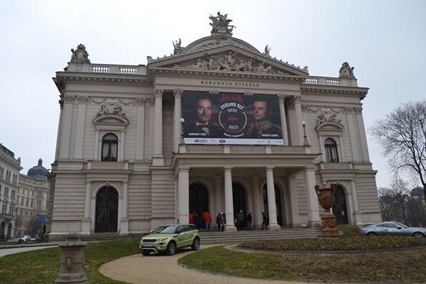 Na Mahenově divadle již týden visí upoutávka na Královu řeč Foto: Lucie Říhová (Zapni mozek.cz)