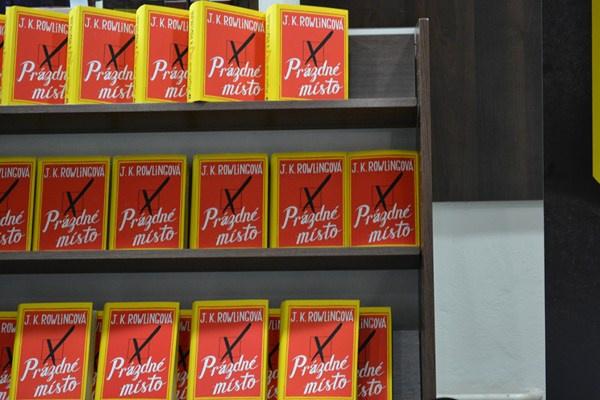 Vyskládané knihy u Barviče a Novotného v Brně, akce předčítání z Prázdného místa 3.4.2013 Foto: Lucie Říhová (Zapni mozek.cz)