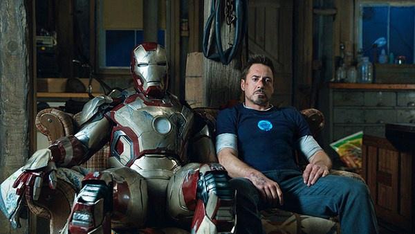 Když jde všechno do kopru, Iron Man je porouchaný a Jarvis stávkuje, i Tony Stark si musí odpočinout. Foto: csfd.cz