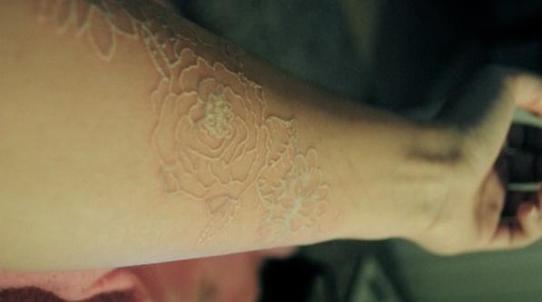 bílé tetování zdroj: inamarie.buzznet.com